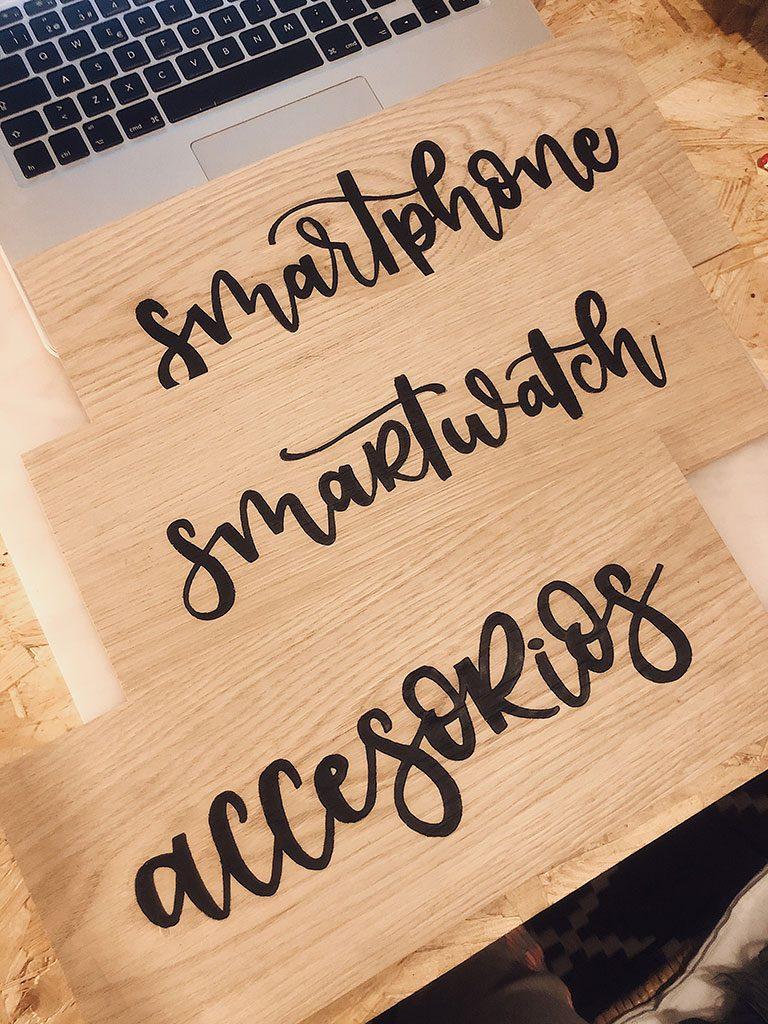 carteles de madera con lettering a mano